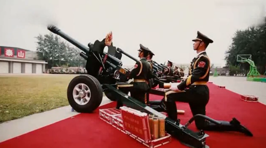 """走进共和国的礼炮兵:跪炮姿势圈粉好似""""国家式求婚"""""""