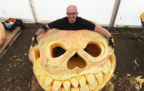 英男子用1102公斤重南瓜雕刻巨型南瓜灯