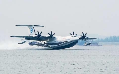 """""""鲲龙""""出水!大型水陆两栖飞机AG600完成水上首飞"""