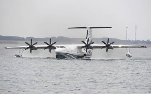 """祝贺!""""鲲龙""""AG600成功实现水上首飞"""