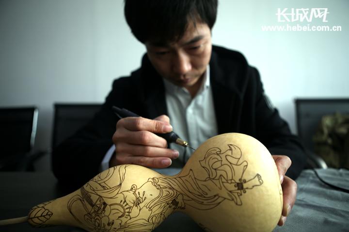葫芦烙画师王凯:身残志坚 铁笔生花 小葫芦烙出精彩人生