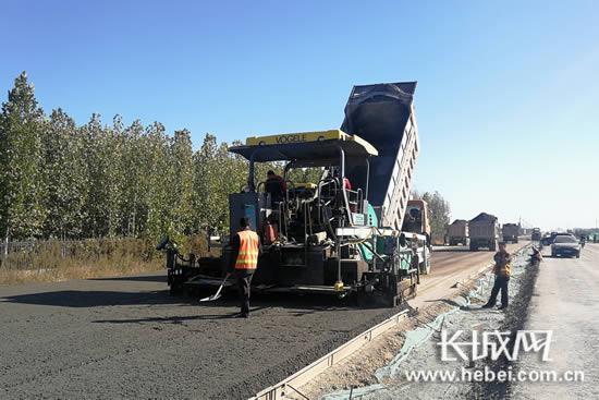 原来停工数日的308国道改造项目路段已经恢复施工。长城网 郭洪杰 摄
