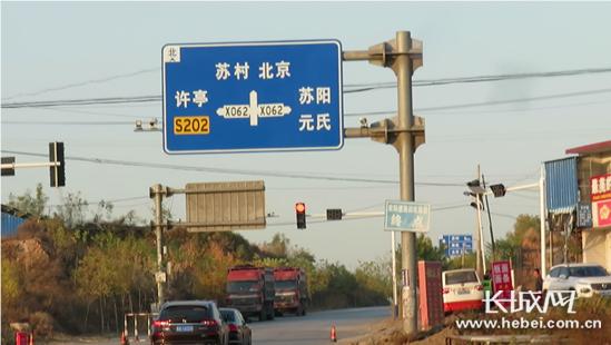 从灵寿县开过来的两辆货车被限制在红绿灯处。长城网 郭洪杰 摄