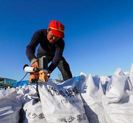 河北遵化:新型环保煤炭供应 保障居民温暖过冬