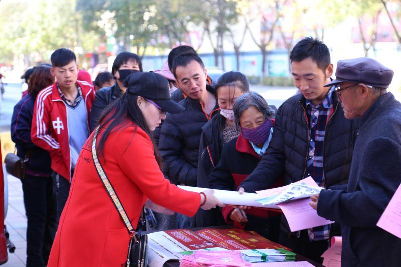 隆化县举行全国扶贫日宣传活动