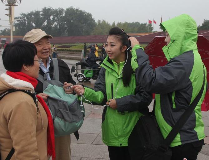 长城新媒体记者冒雨街头采访
