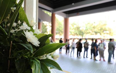 金庸丧礼在港举行 众多读者吊唁致敬