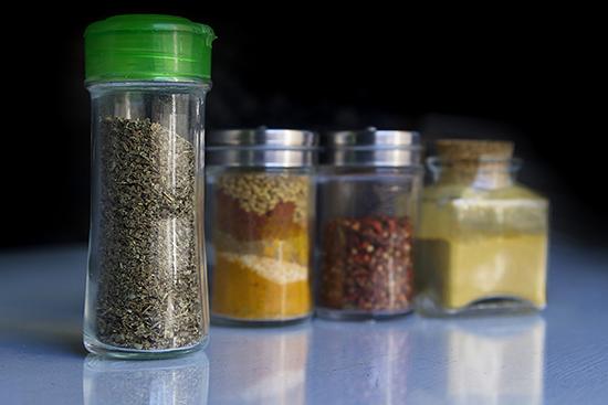 用超保质期原料生产食品应如何担责?