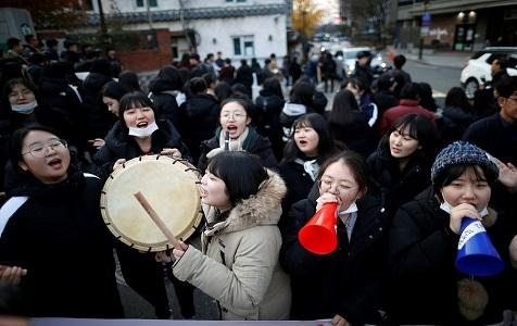 """韩国""""高考""""开考 各地考生赶赴考场学弟学妹敲鼓打气"""