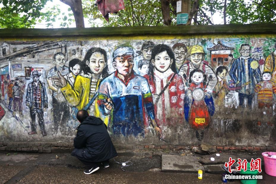 画家6年墙绘武汉版清明上河图 可惜要拆了