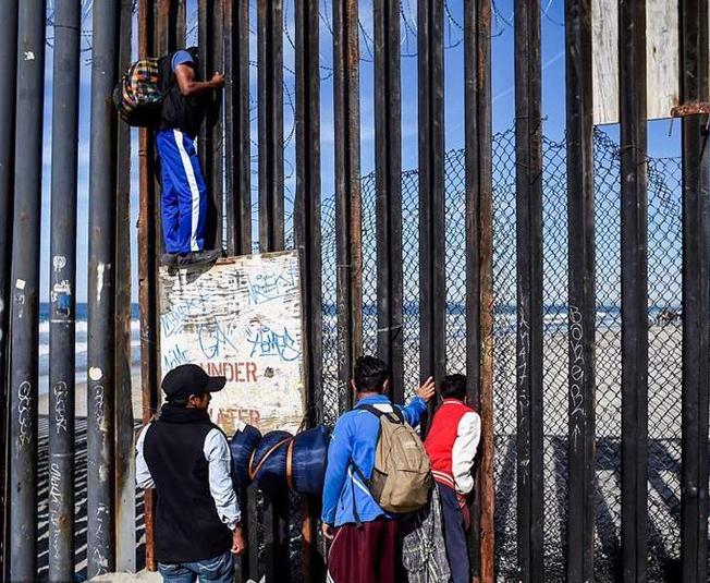 美墨边境墙再加高