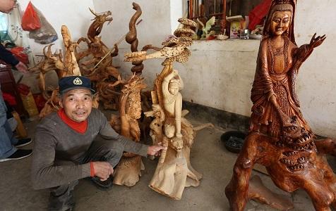 陕西安康:手艺木匠人深藏秦岭 根雕造型临摹画作栩栩如生