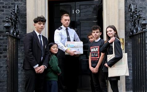 英国学生代表赴唐宁街向首相情愿 呼吁关注战乱地区儿童心理健康