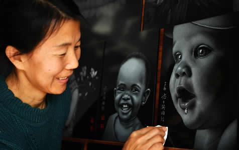 """河北沧州:农民自学""""石影雕"""" 石板上千万次敲击出精美图案"""
