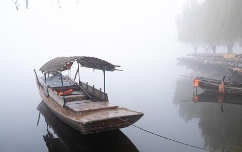 河北雄安大雾黄色预警 白洋淀水汽朦胧