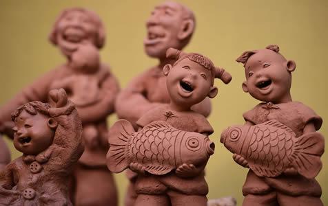 河北沧州:夫妻艺人创作泥塑《运河人》留乡愁