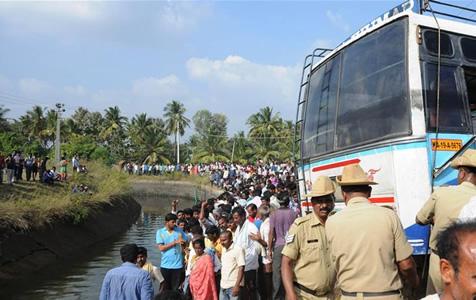 印度南部发生一起客车坠河事故 至少25人死亡