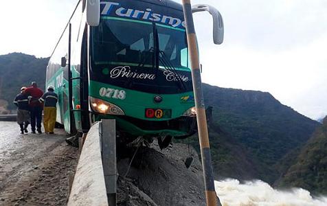 惊心动魄!大巴车司机被困悬崖边重现电影场景