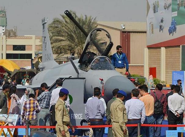 巴基斯坦防务展举行 民众近距离体验武器装备