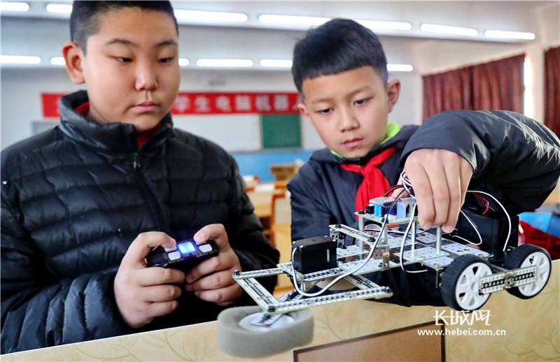 秦皇岛:机器人里赛创意