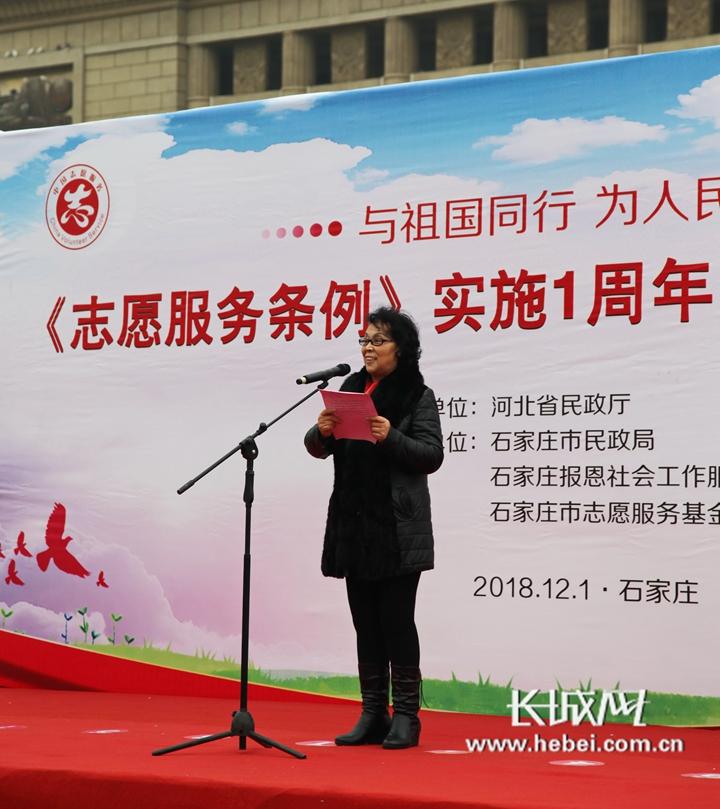 81岁的志愿者靳国芳向大家讲述她的志愿服务感悟.    摄 -河北举行 志