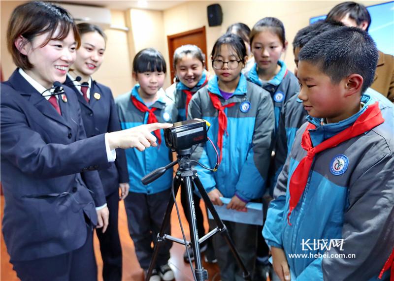 秦皇岛:法律知识伴我行 检察院迎来小学生