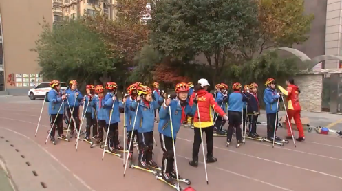 [视频]全国首届青少年越野滑雪(滑轮)河北站训练营开营