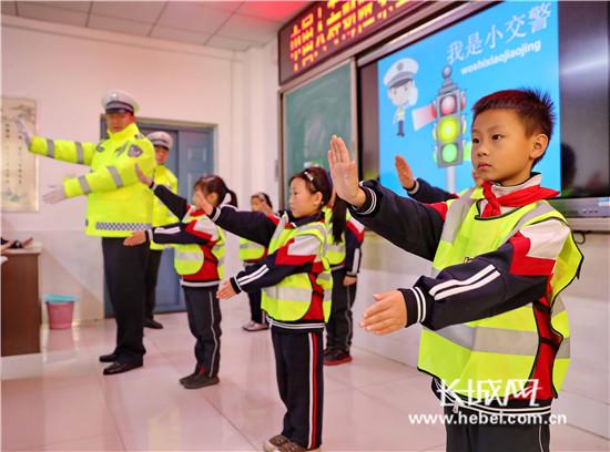秦皇岛:我也来当小交警