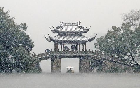 """杭州下雪了,西湖断桥又现""""人山人海"""""""