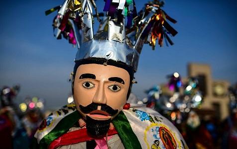 上万人赴墨西哥瓜达卢佩圣母大教堂朝圣 信徒戴面具展示传统舞蹈