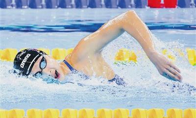 王简嘉禾800米预赛多游一圈仍获第一