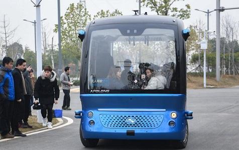 无人驾驶车在武汉载客运营 仅配有安全员