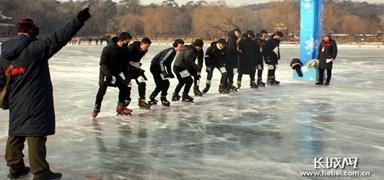 河北省高校学子共享冰上欢乐时光