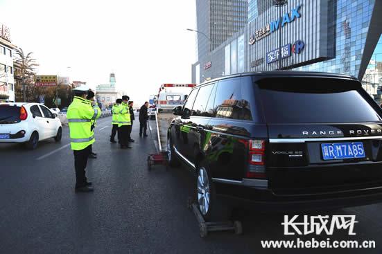 交警正在拖离违法车辆。长城网郭洪杰