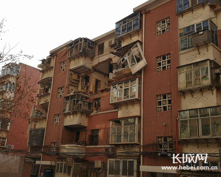 【关注河北医科大学家属院爆炸】爆炸地点1名居民被困 消防部门全力救援中