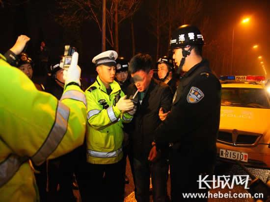 民警正在对驾驶人进行酒精测试。长城网郭洪杰