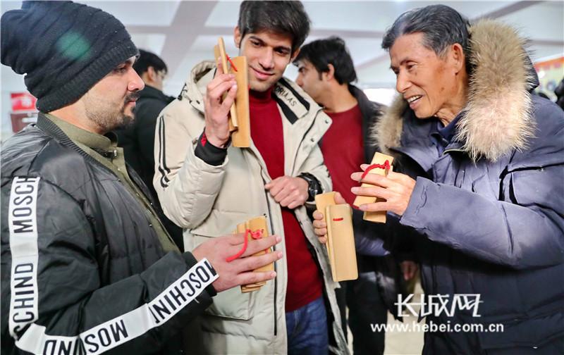 秦皇岛:外国留学生进社区 快板书、毛笔字展魅力