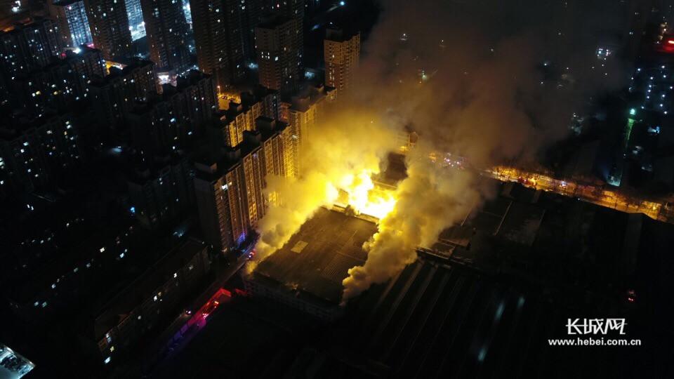 河北石家庄棉五仓库凌晨救援现场航拍视频曝光!<br>消防队员已连续奋战20小时!