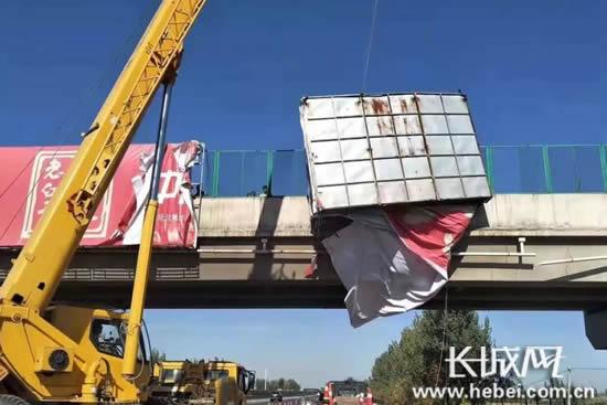 路政部门正在清理高速公路桥梁广告牌。长城网郭洪杰