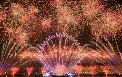 实拍伦敦跨年烟花表演 绚丽光影点亮夜空