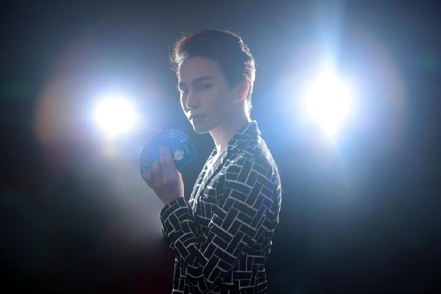 陈奕天魔幻的扑克牌写真 网友:玩魔术的手都非常好看