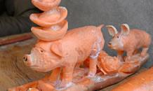 """卖菜大叔雕刻""""招财猪"""""""