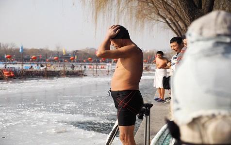 北京后海冬泳爱好者健身不畏寒
