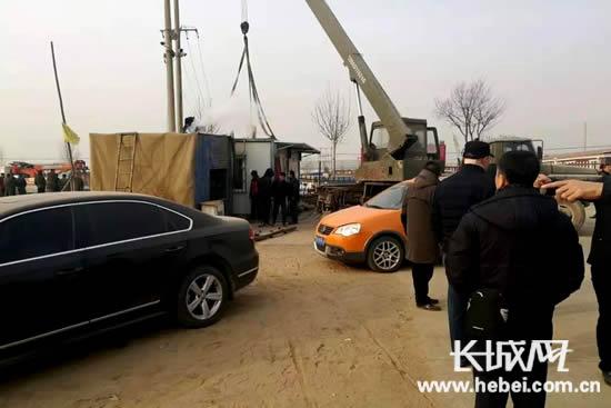 无极县郝庄乡正在进行河道违法附着物清理。杨社红摄