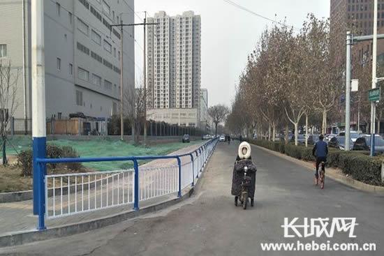 石家庄市天山大街机动车和非机动车车辆乱停乱放已被清理。长城网郭洪杰摄