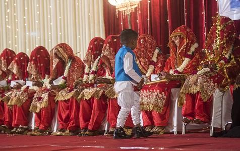 印度54对新人参加集体婚礼 穆斯林新娘穿大红婚纱超喜庆
