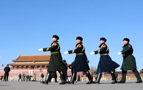 北京大风气温骤降 解放军顶寒风在天安门站岗执勤