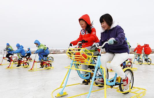 """""""世界雪日·亲子冰雪节""""吸引千余群众体验冰雪运动"""