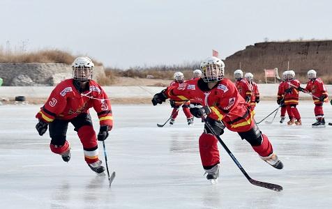 河北张家口:游客冰雪场享冬日乐趣