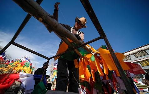 拉萨:藏族民众缝制五彩经幡树 迎接藏历新年